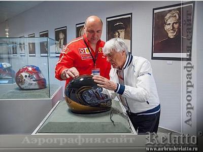 Берни Эклстоун ставит автограф на шлеме Relatto