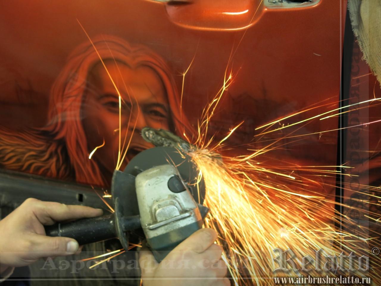 Зачищаем края болгаркой, удаляя ржавчину и отслоившееся в результате изгиба и растяжения металла покрытие
