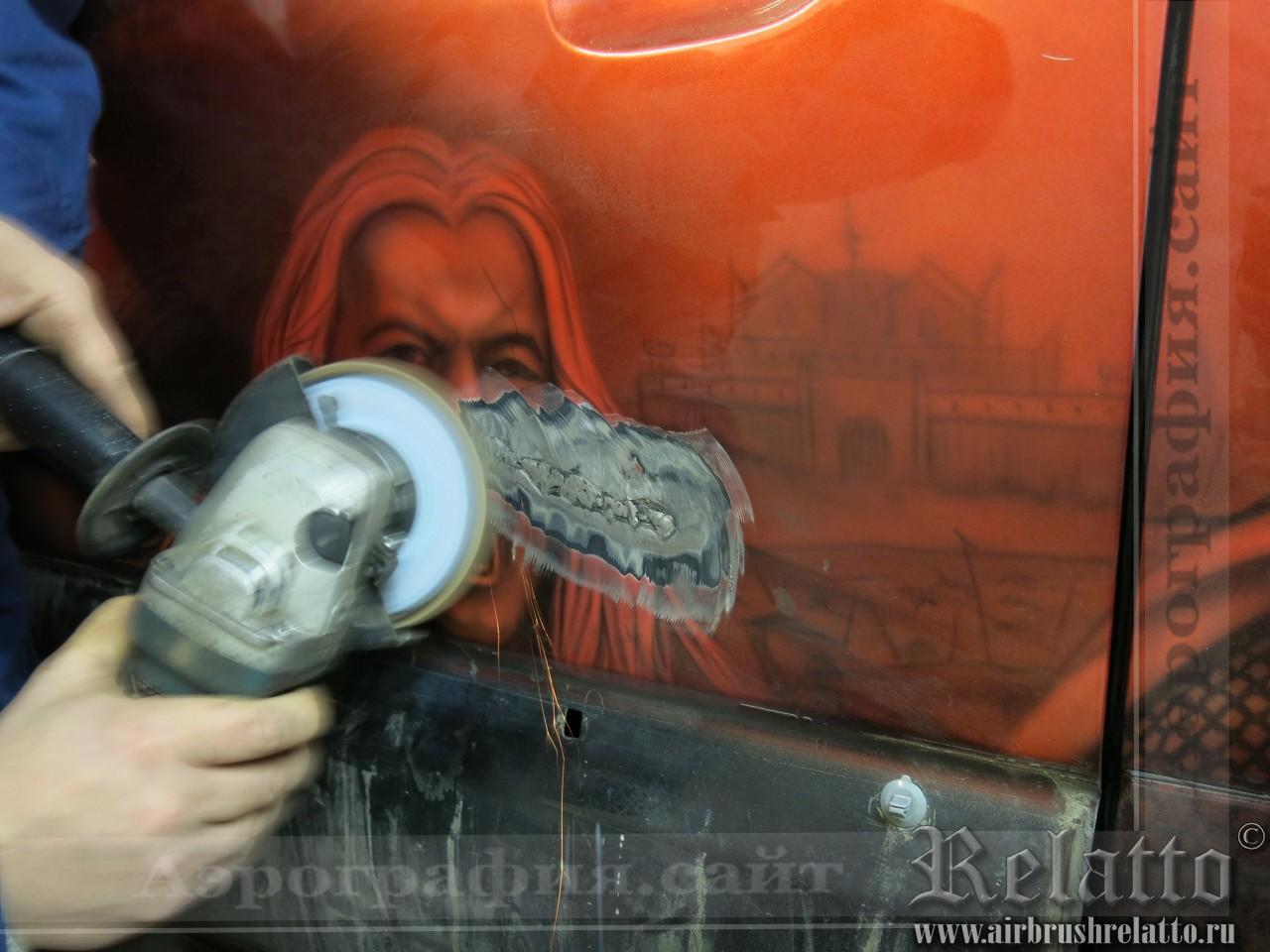 Зачищаем шов болгаркой, убирая выступающий лишний металл шва