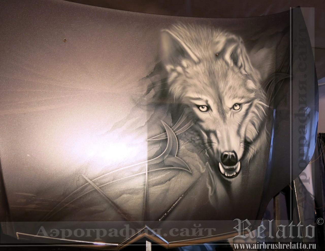 Волк на капоте авто