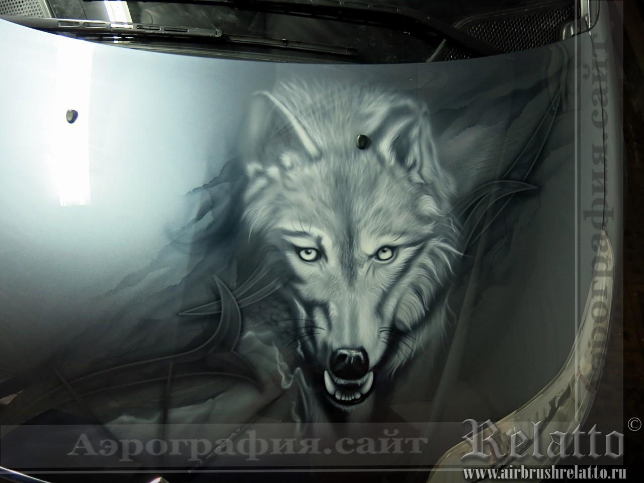 Волк на капоте автомобиля Ситроен