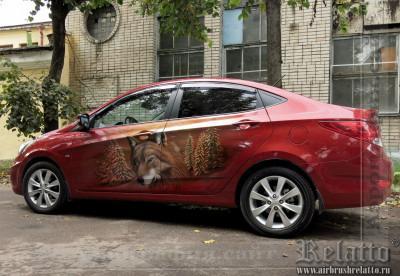 Волк на красном авто