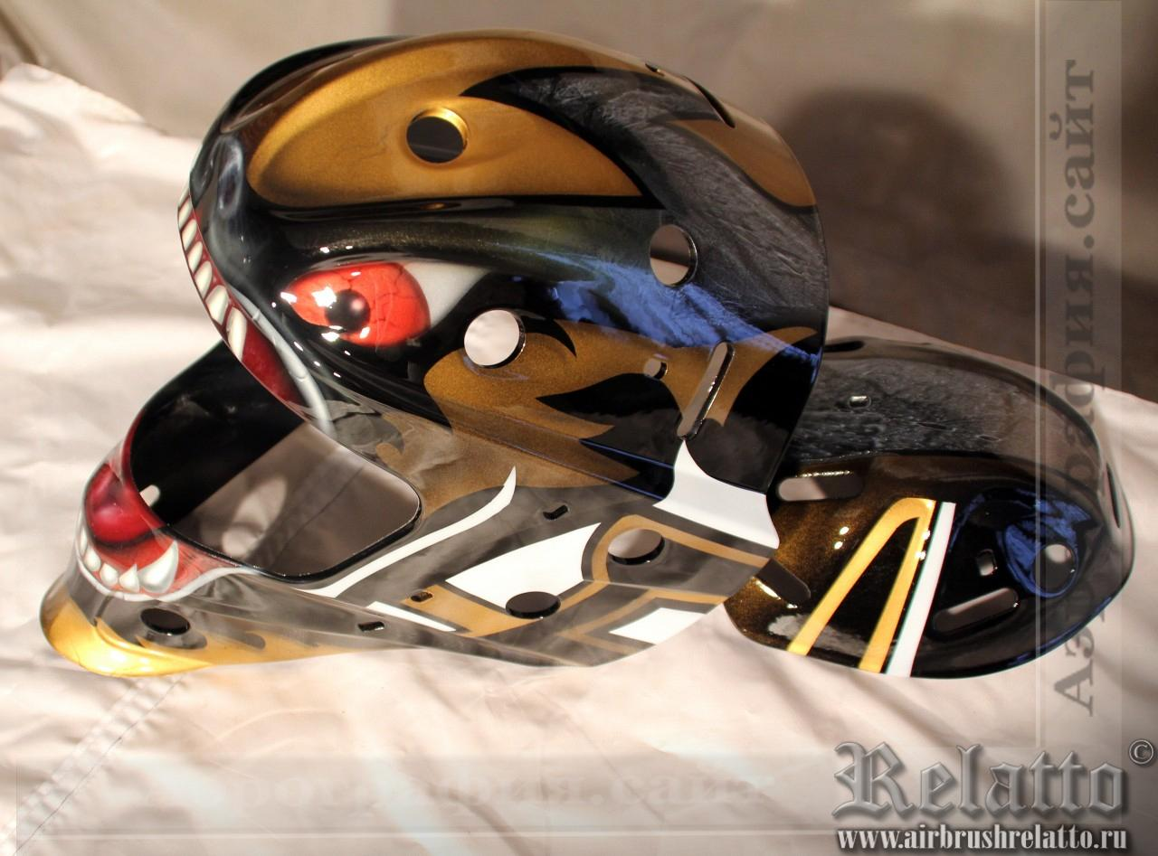 Отрисованный и залаченный хоккейный шлем