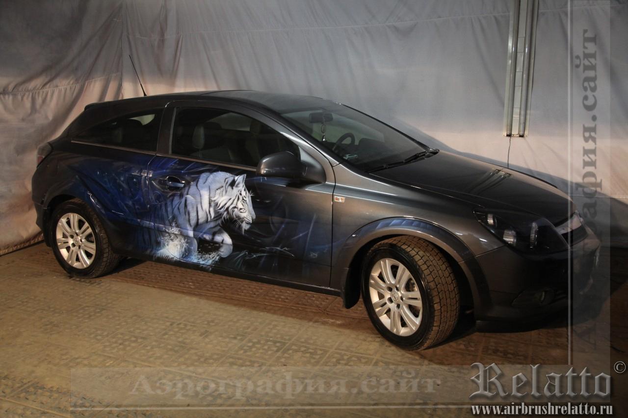Аэрография автомобиля Opel Astra в мастерской