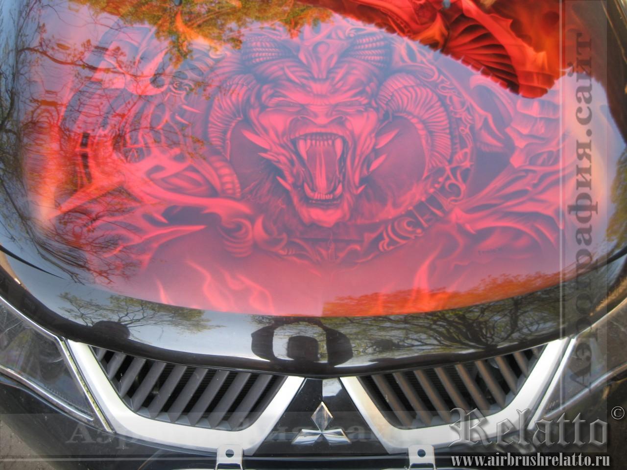 Рисунок на капоте автомобиля