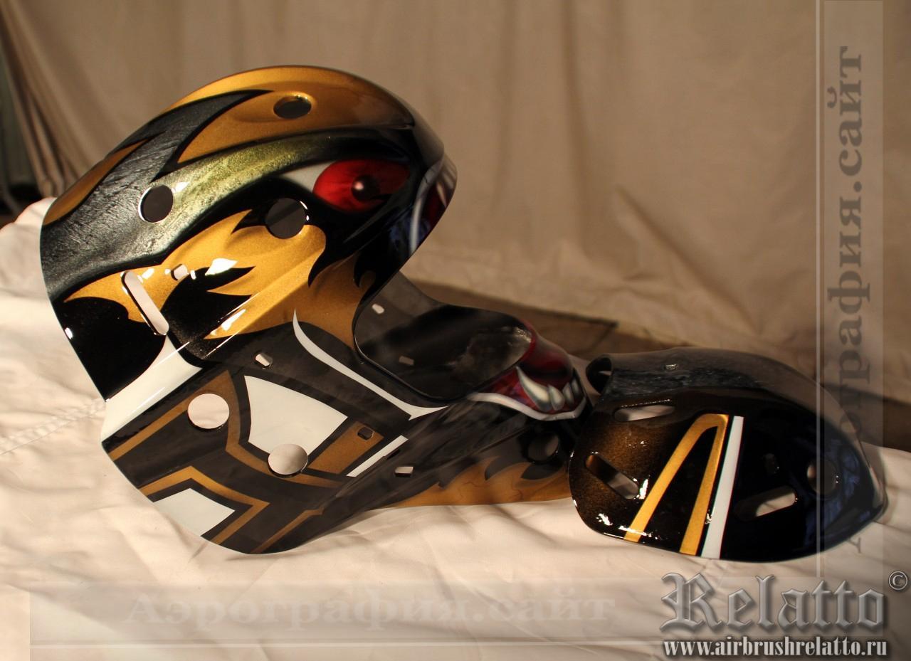 Отрисованный и залаченный вратарский шлем