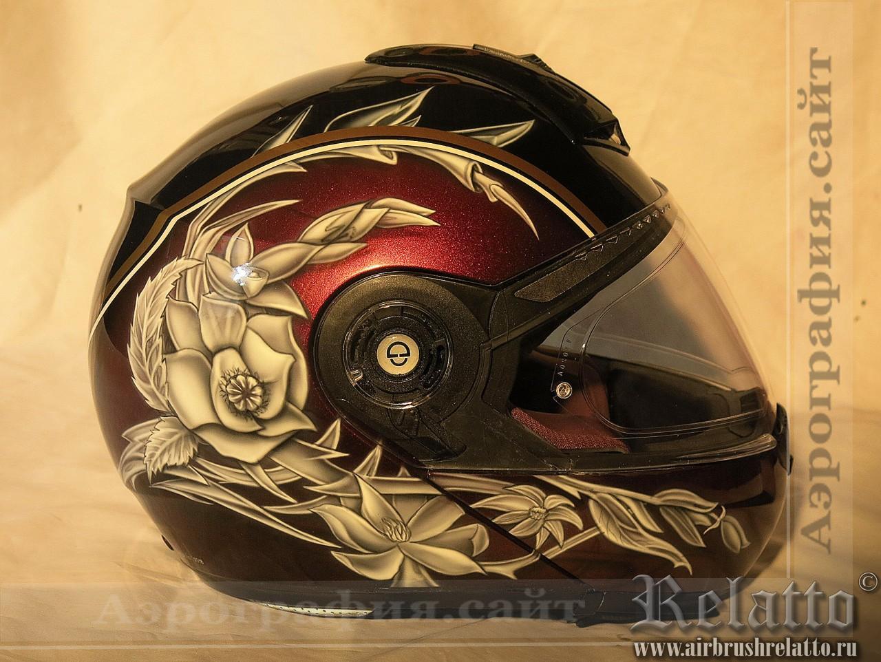 Шлем с цветочным дизайном в аэрографии