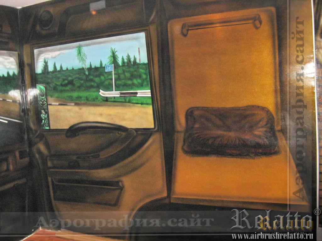 """Правый борт кабины-правая дверь и спальное место """"подголовник"""".  Размеры стены 5,5х2,7 м"""